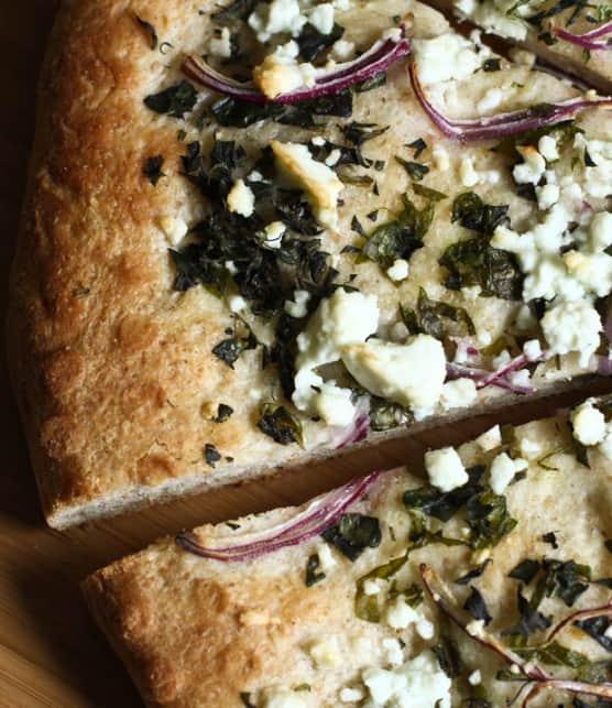 pizza à l'ail, au féta et aux herbes fraîches