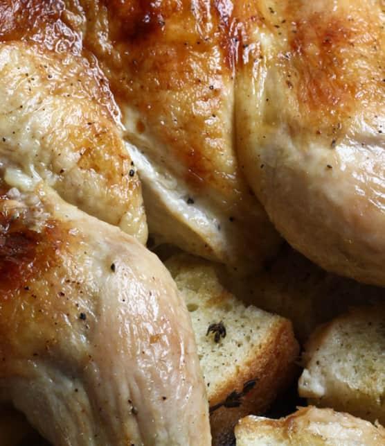 poulet rôti sur croûte de pain