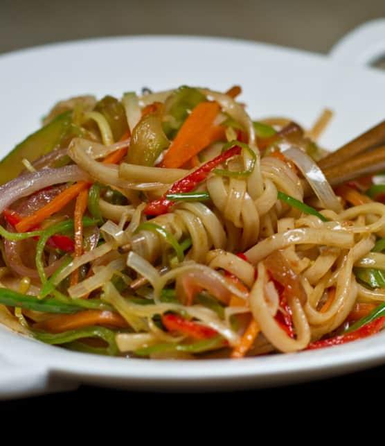 nouilles et légumes sautés au miso d'orge