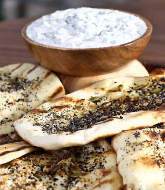 pain naan croustillant aux graines de citrouille, de pavot et de nigelle