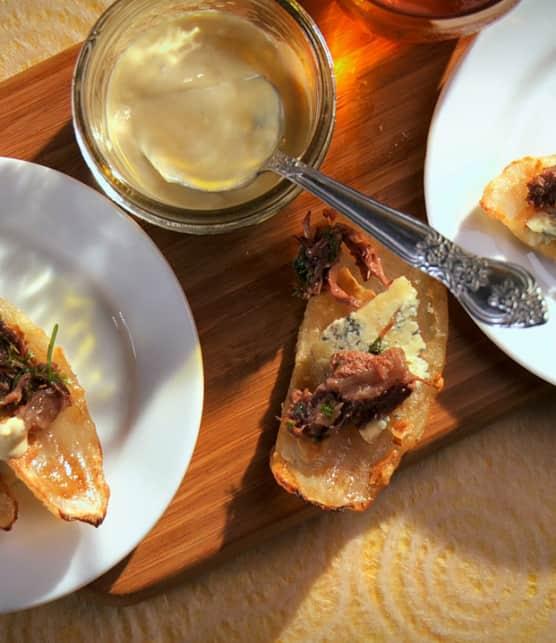 joues de boeuf, fromage bleu et oignon frit