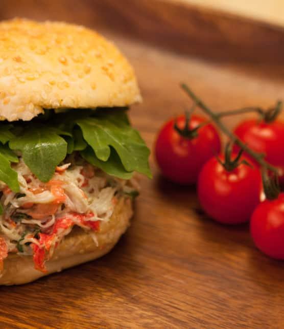 sandwich à la chair de crabe et sa mayonnaise à l'avocat