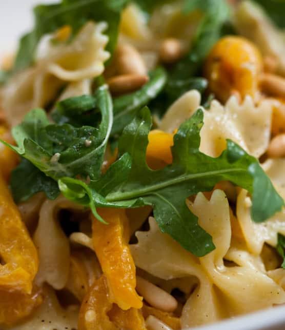 pâtes, sauce aux poivrons jaunes, à l'aubergine et au fromage de chèvre