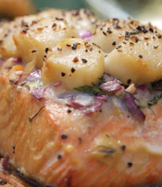 saumon cuit sur planche de cèdre et garni de pétoncles