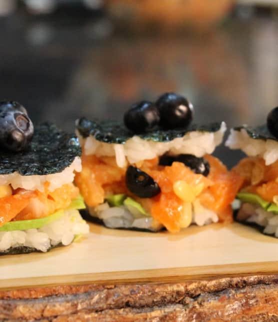 burger sushi au tartare de saumon et bleuets