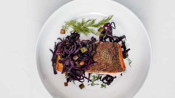 Pavés de saumon, garniture de choux et cornichons