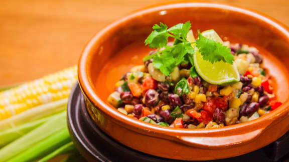 Salade de maïs rôti et fèves noires