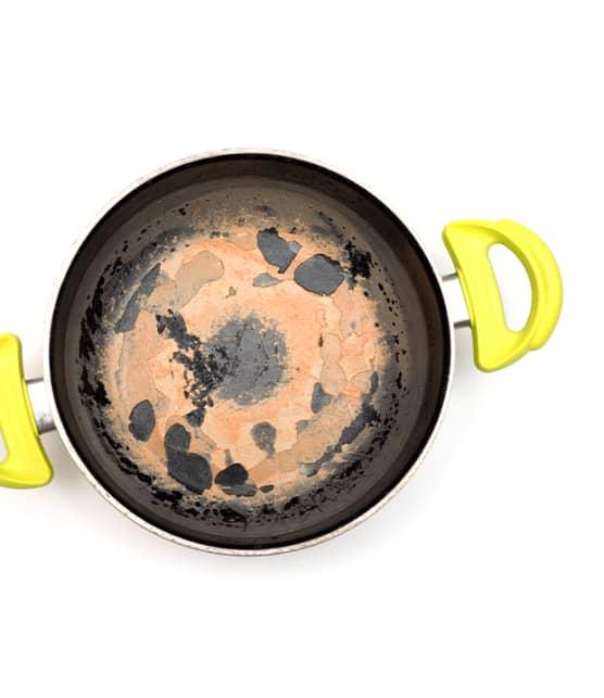 Testé pour vous : Comment nettoyer une casserole brûlée