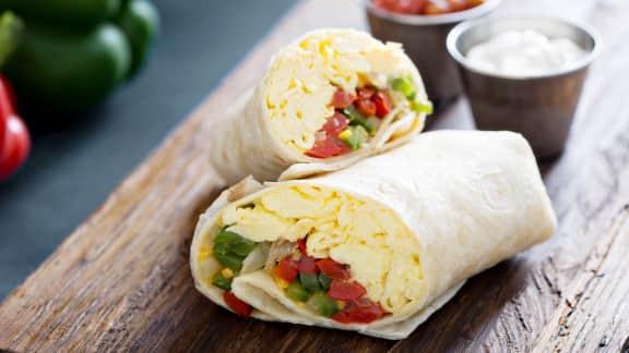 Sandwich roulé aux œufs et aux poivrons