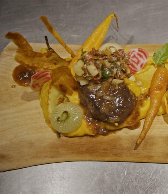 Steak de wapiti sauce à la gelée de pommes et crumble de bacon, fromage Cru du clocher et pommes