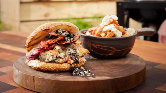 guédilles au homard, aubergine grillée et tapenalgue avec poutine au homard