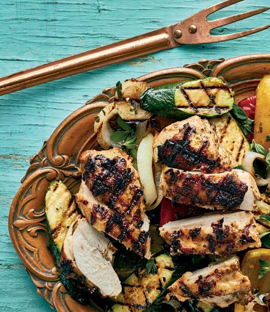 Poitrines de poulet marinées au yogourt et légumes grillés