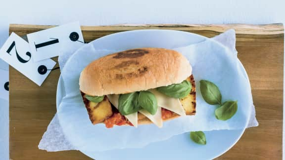 Sandwich de tofu fumé, à la mozzarella et au basilic