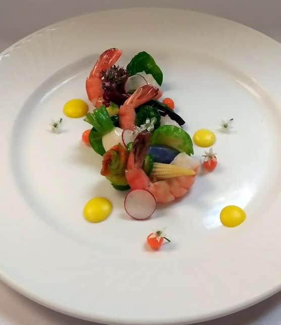 Salade de crevettes et légumes croquants, sauce à la mangue