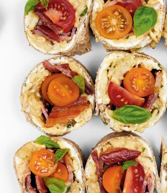 Sandwich roulée aux oeufs brouillés, tomates, bacon et basilic