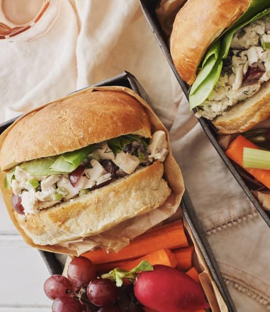 Sandwichs à la salade de poulet sucrée-salée
