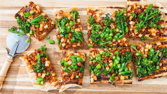 Pizza à la saucisse italienne, aux pommes de terre et aux broccolinis