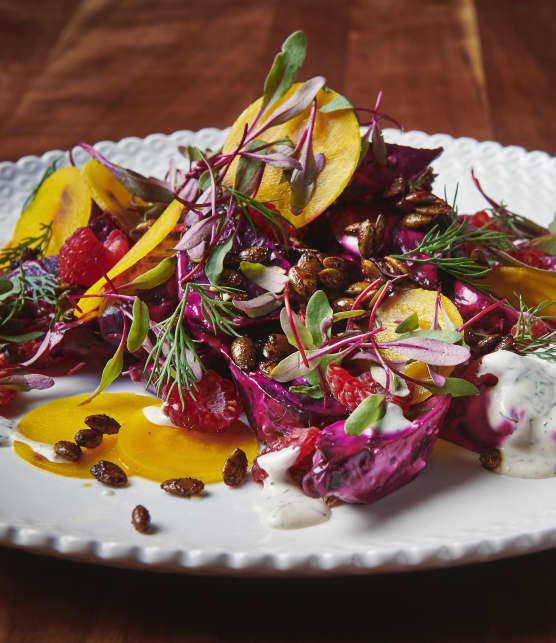 Salade de betteraves cuites au four et fumées au foin d'odeur, de betteraves jaunes marinées et de vinaigrette crémeuse à l'aneth