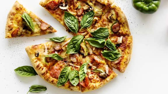 pizza à la saucisse et fromage scamorza