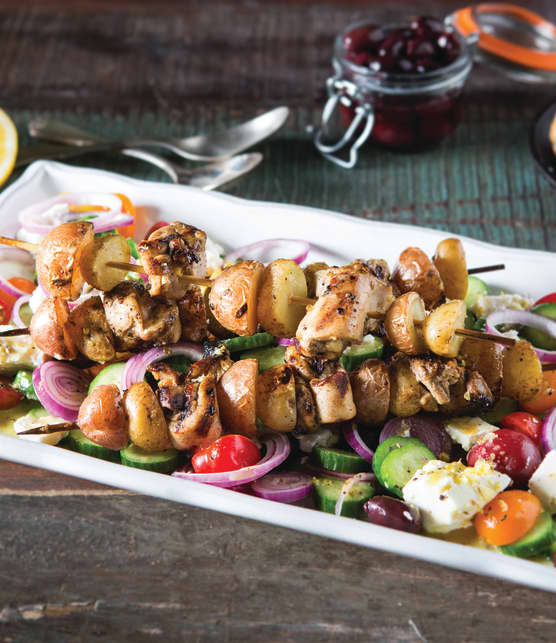 Kebabs grillés avec patates grelots et salade grecque