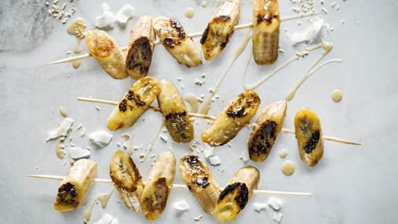 Bananes grillées avec sauce à la noix de coco et au caramel