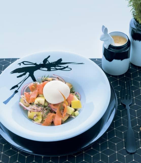 Salade-repas de pommes de terre au saumon fumé et œuf poché