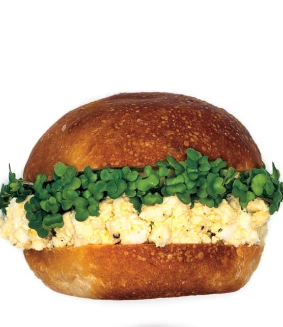 sandwich aux oeufs et aux pousses de brocoli