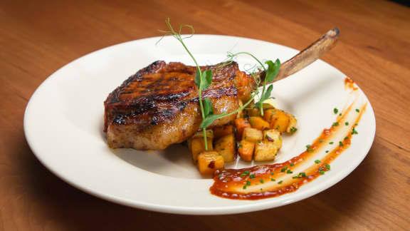 Côtelettes de porc marinées style BBQ et légumes racines