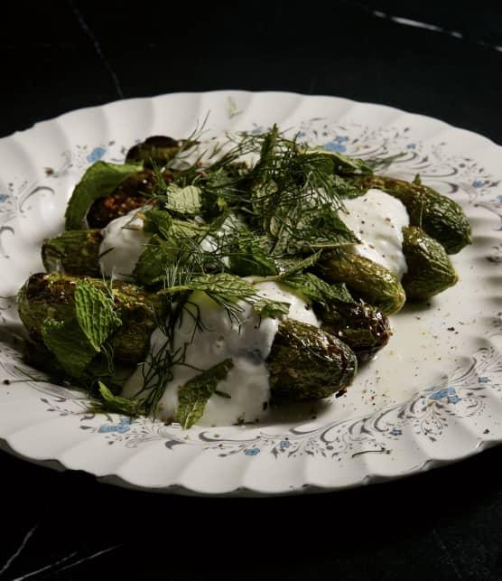 Concombres grillés à l'huile d'ail, yogourt citron et aneth