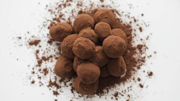Truffes au chocolat noir et jus de baies d'argousier