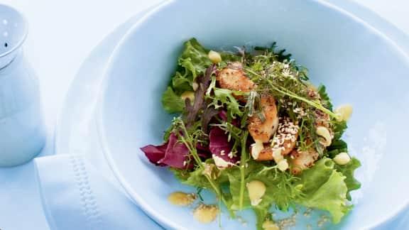 Salade tiède au poulet, vinaigrette à la mangue et au sésame