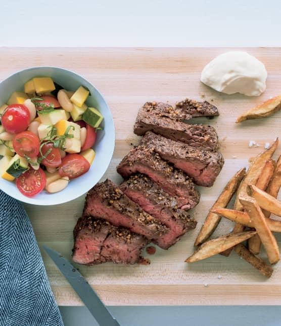 Bavette de bœuf, salade de tomates cerises, haricots, courgettes, menthe et basilic