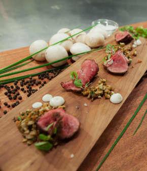 Présenter un tataki de bœuf en bouchées, deux façons