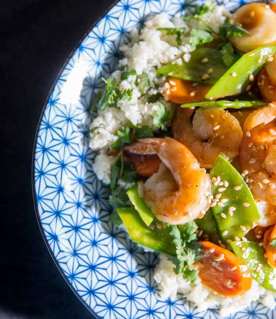Sauté de crevettes sur riz de chou-fleur