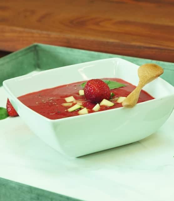 Soupe dessert aux fraises et au basilic