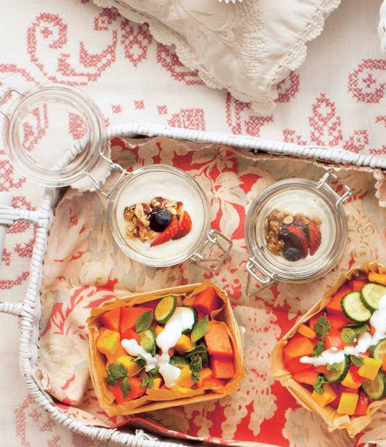 Yogourt aux fruits et croustillant au miel et aux noix