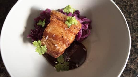 Flanc de porc, sauce BBQ au chipotle et chou rouge braisé