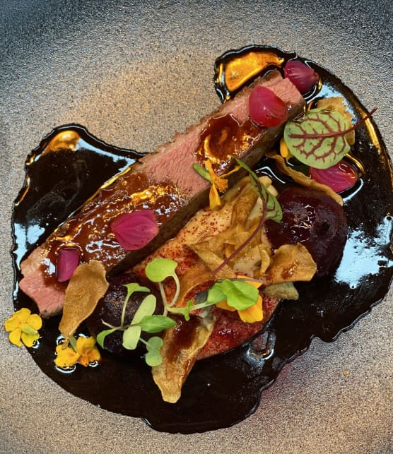 Magret de canard cuit sous-vide, panais, betterave, glace de viande au poivre des dunes