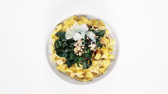Nouilles aux oeufs au pecorino, au kale et aux noisettes