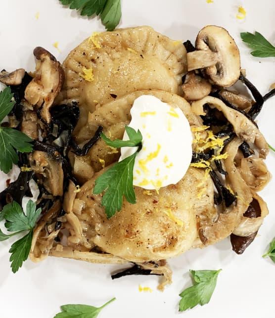 Pierogi à la choucroute, poêlée de champignons et crème sûre assaisonnée
