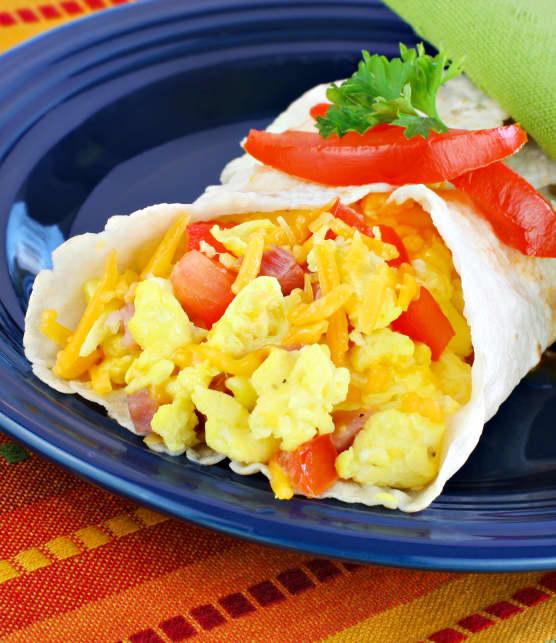 Sandwich roulé aux œufs, à l'érable et aux poivrons rouges