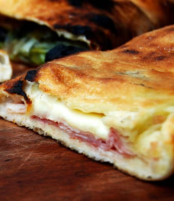pizza farcie au prosciutto et fromage scamorza