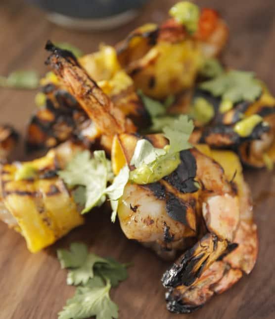 crevettes marinées et enrobées de plantain avec sauce piquante à la mangue et coriandre