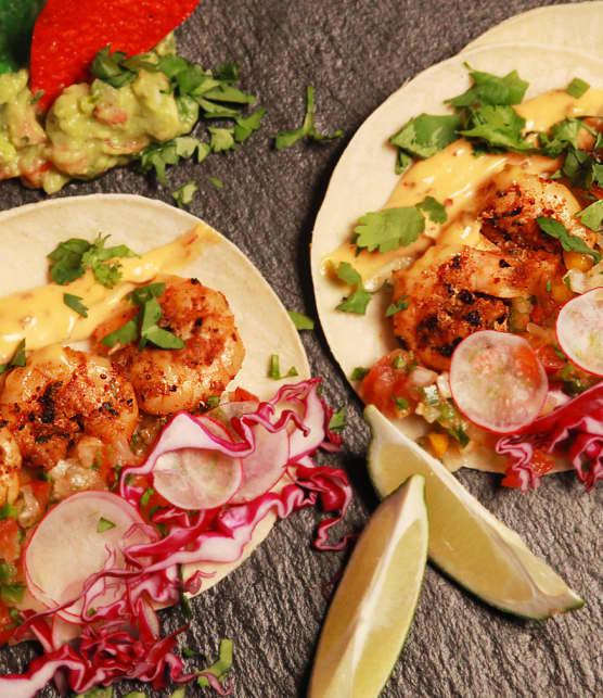 tacos aux crevettes cajuns grillées sur le BBQ