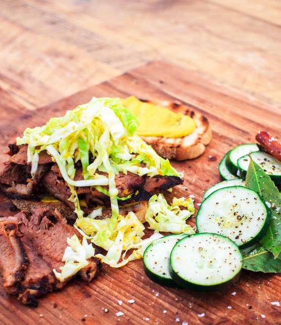 smoked meat au whisky et à l'érable, salade de chou et cornichons