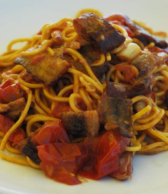 anguille frite aux tomates cerises et spaghettis