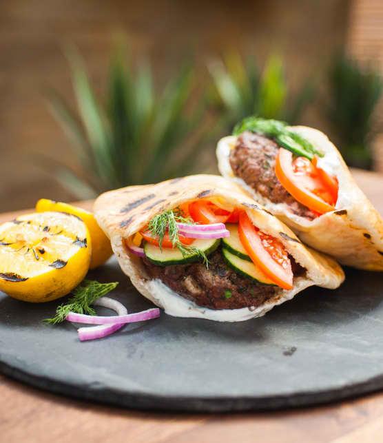 kefta burger d'agneau au yogourt sur pita grillé