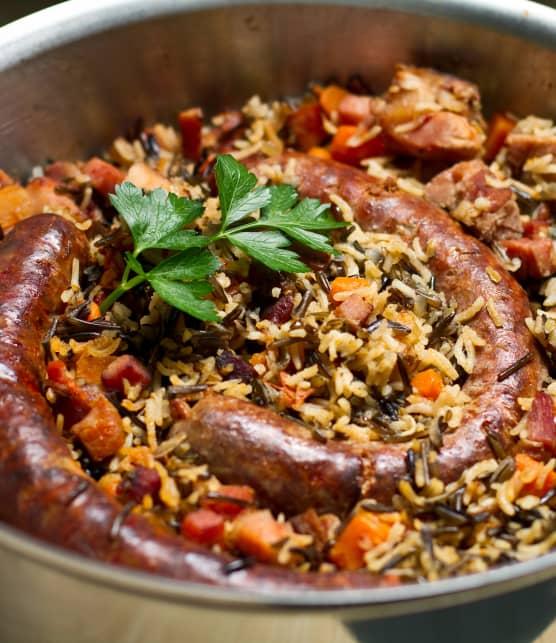 Casserole de riz sauvage, de jambon, de bacon et de saucisse