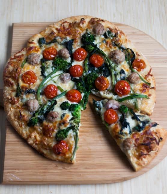 Recette de pizza aux rapinis, à la saucisse de porc et aux tomates rôties