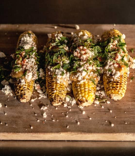 Maïs grillé, mayo pimentée et miettes de feta